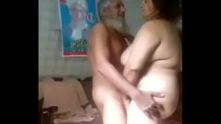 बूढ़े आदमी ने अपनी बहू की चुदाई की