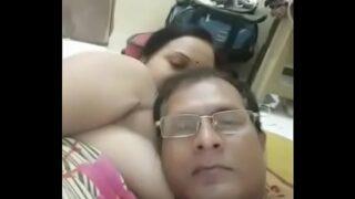 ठरकी अंकल ने बीवी के साथ ऑनलाइन सेक्स क्लिप