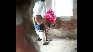 खाली बिल्डिंग मे काम करने वाली लड़की की चुदाई